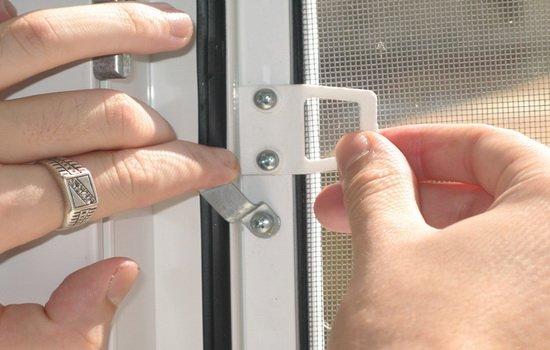 внутренняя установка москитной сетка на окно